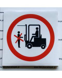 Zakaz przebywania pod widłami wózka widłowego